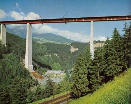 Montagearbeiten an der Stahlkonstruktion der Europabrücke (1962)
